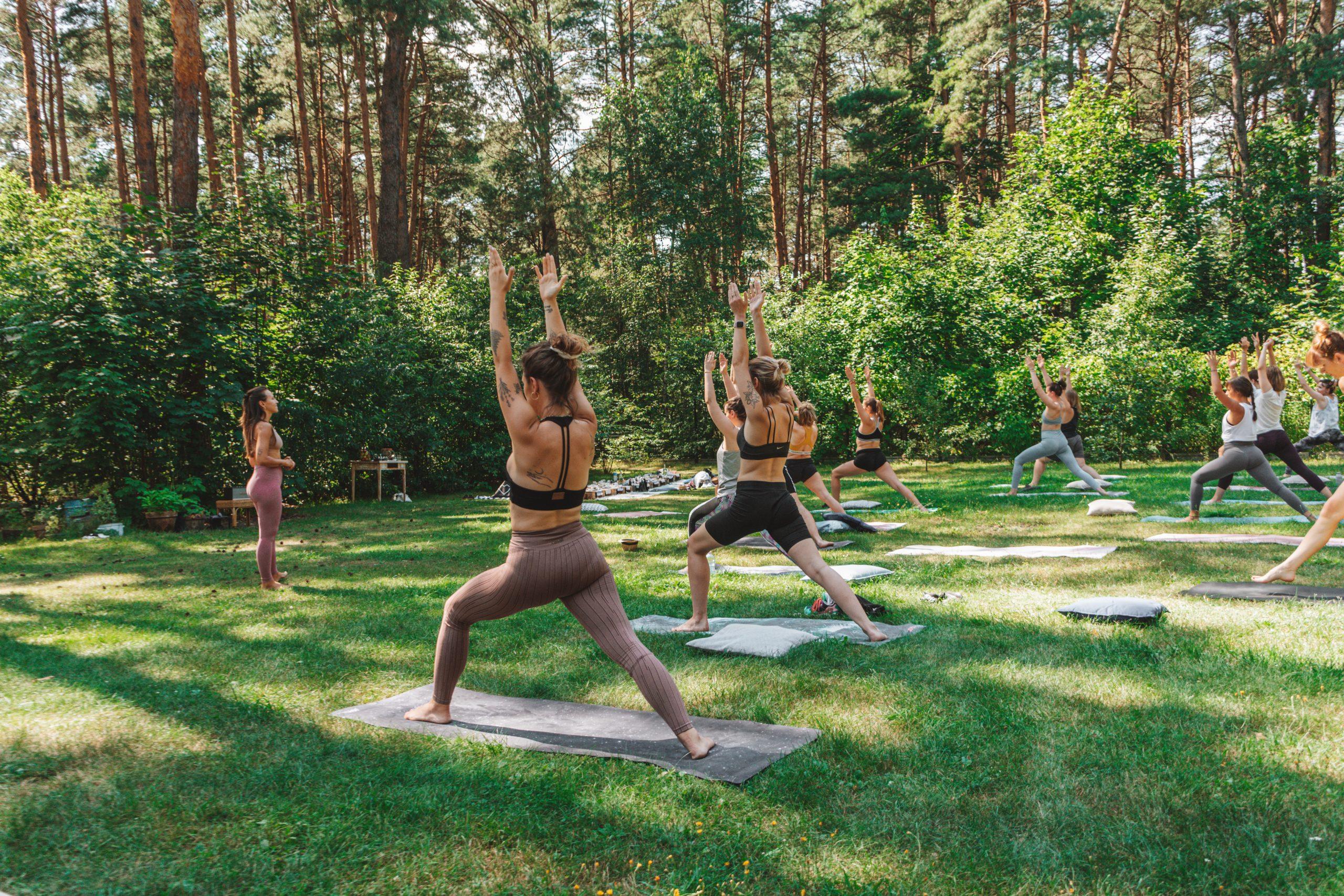 Read more about the article Jednodniowa sielanka w lesie połączona z praktyką jogi pod gołym niebem i warsztatami z Jan Barba